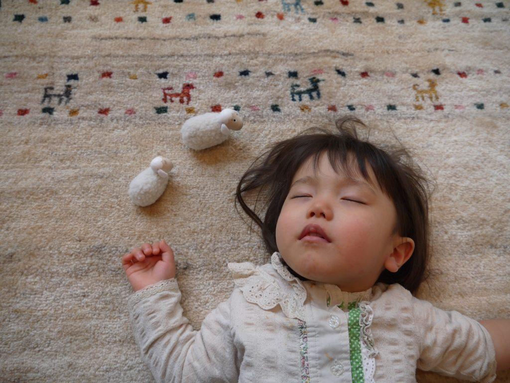 ギャッベの上で眠る赤ちゃん