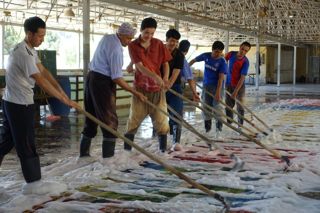 【水害】手織り絨毯は、綺麗に洗うことができます。