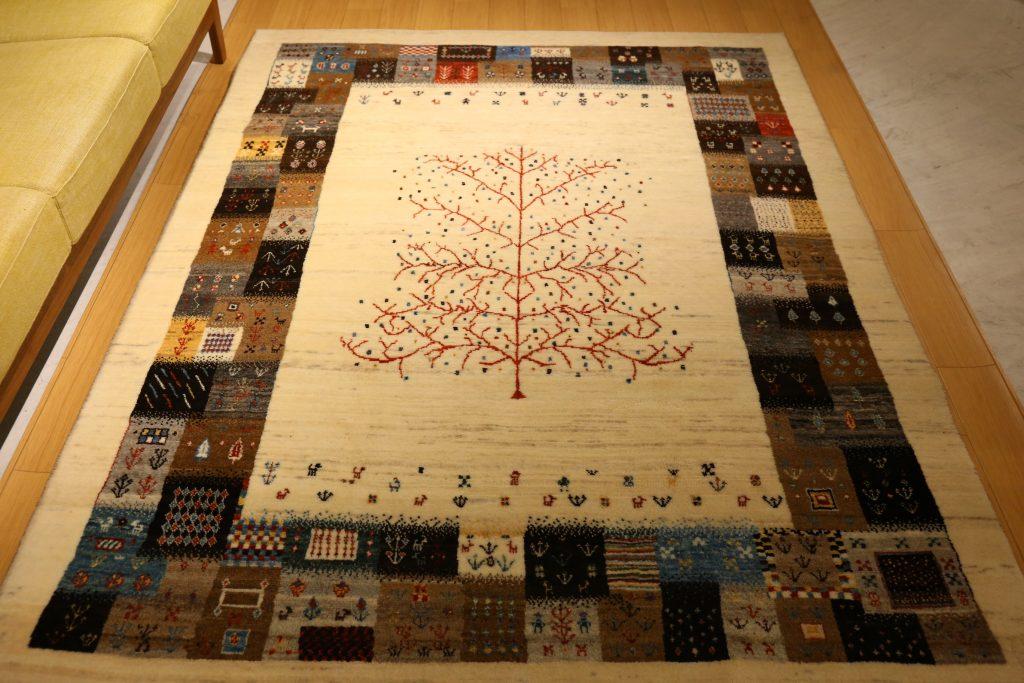 パッチワークのような枠、生命の木のアートギャッベ