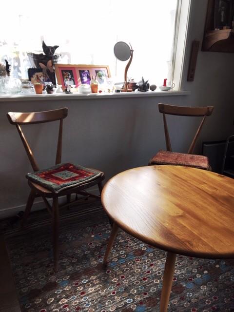 椅子とテーブルとギャッベ