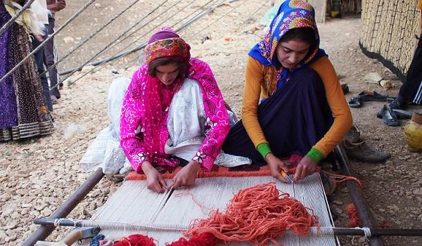 ギャッベを織る遊牧民の女性
