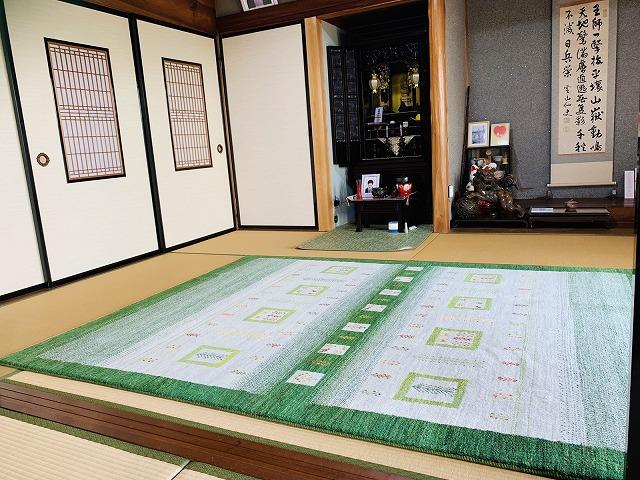 和室に緑と原毛のアートギャッベ