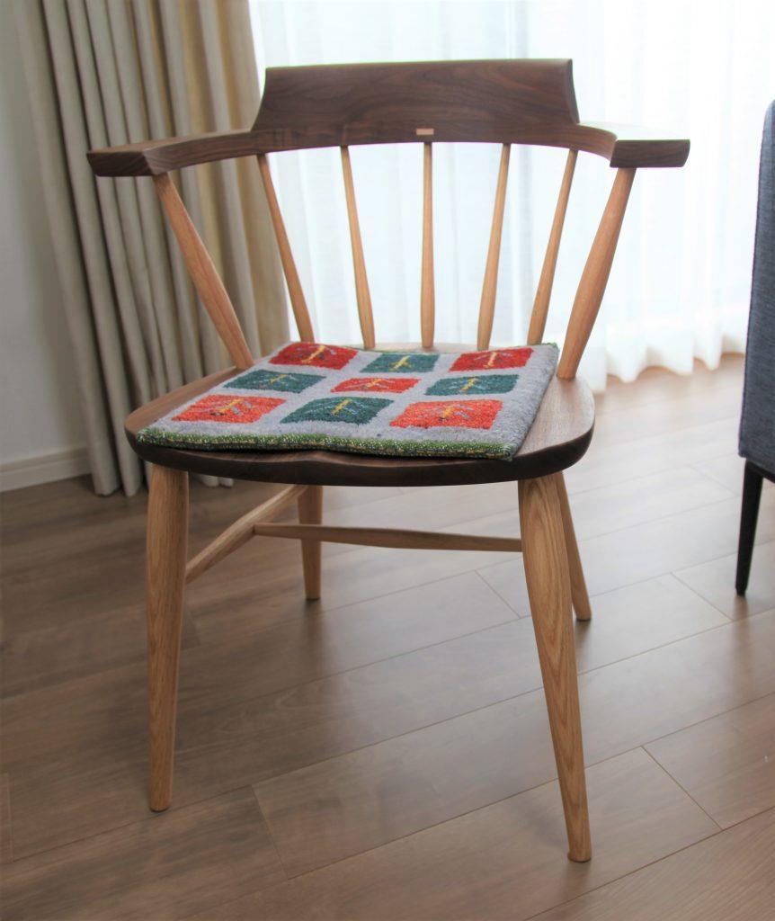 椅子の上にミニギャッベ