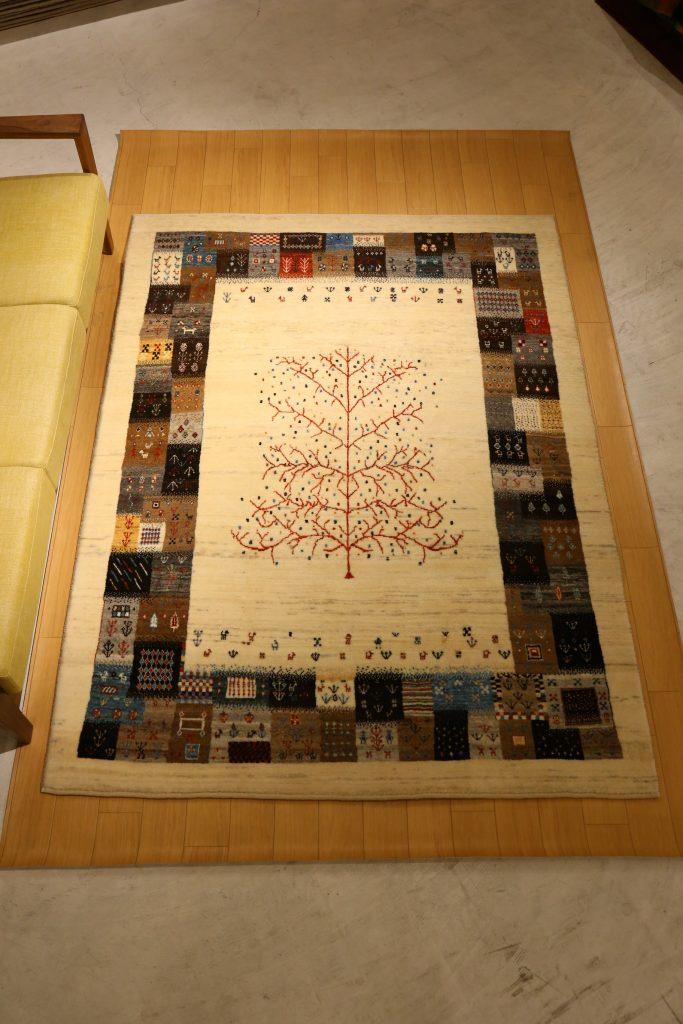 パッチワークのような枠、生命の木のアートギャッベ_ソファ前