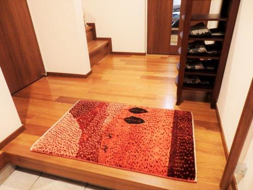 赤の風景画のアートギャッベ玄関マット
