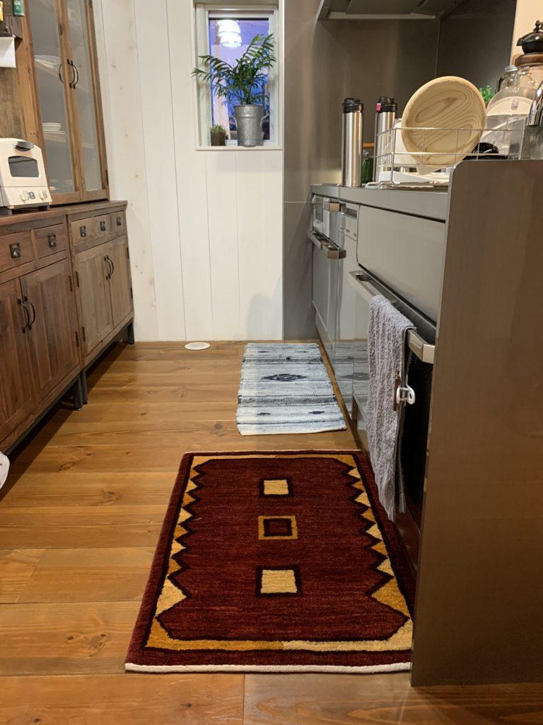 キッチンに赤いギャッベ