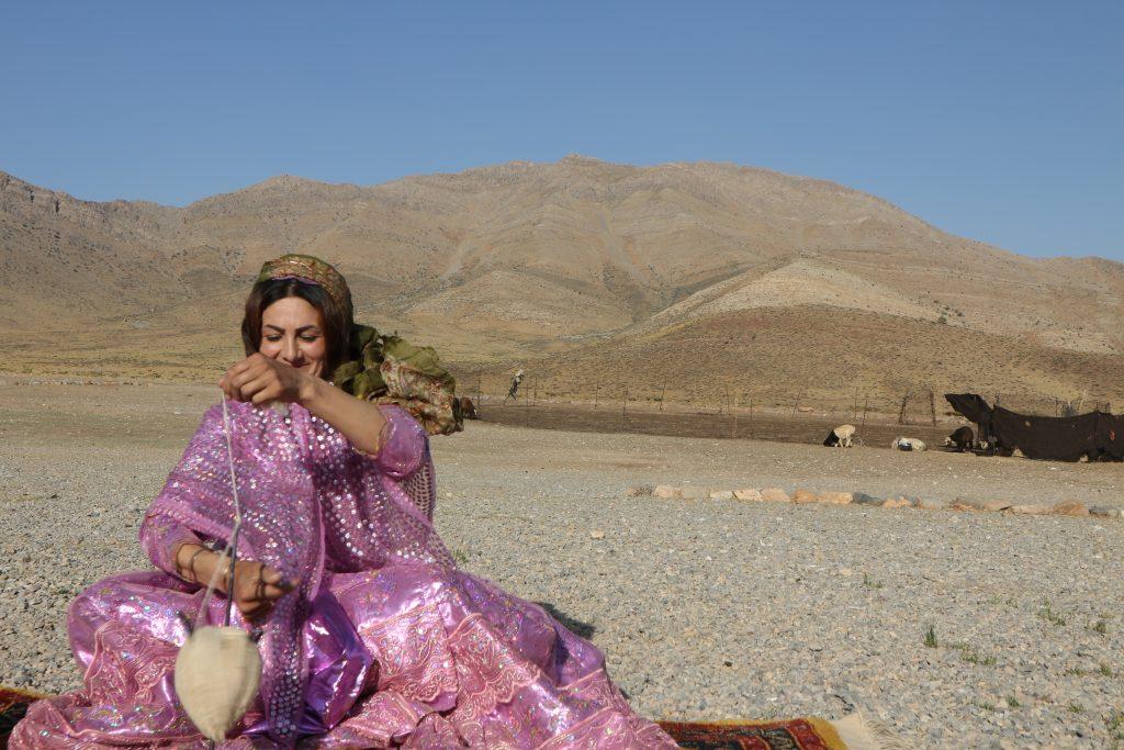 アートギャッベの糸を紡ぐカシュガイの女性