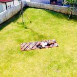 庭にギャッベを敷いて寝転ぶ写真