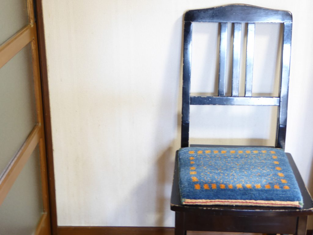 椅子の上の青いミニギャッベ