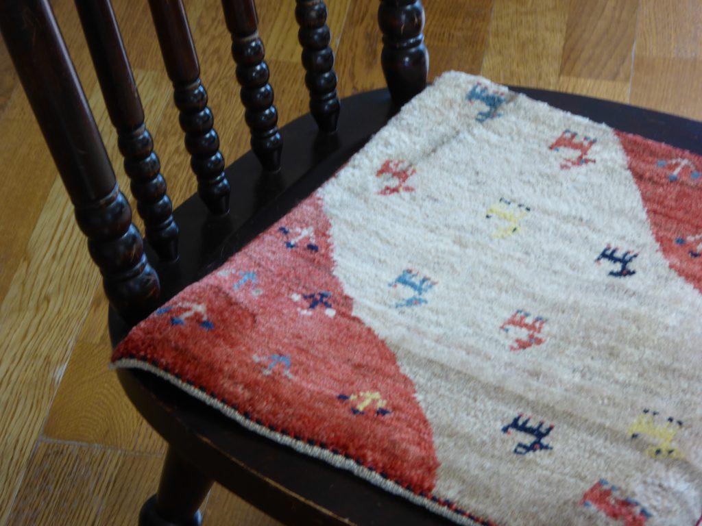 椅子の上の赤いミニギャッベ
