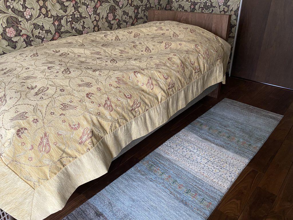 ベッド横に細長いギャッベ