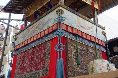 祇園祭の山車に飾られたペルシャ絨毯